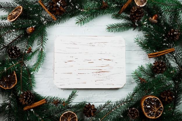 Tablette de bois entre les branches de sapin