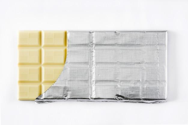 Tablette de chocolat blanc isolé sur fond blanc vue de dessus
