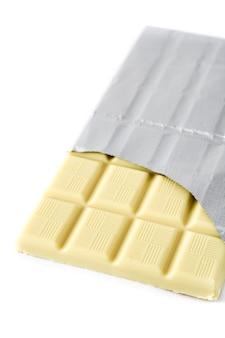 Tablette de chocolat blanc isolé sur fond blanc