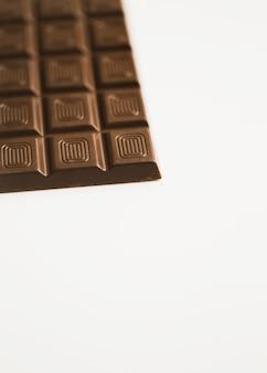 Tablette de chocolat noir isolé sur fond blanc