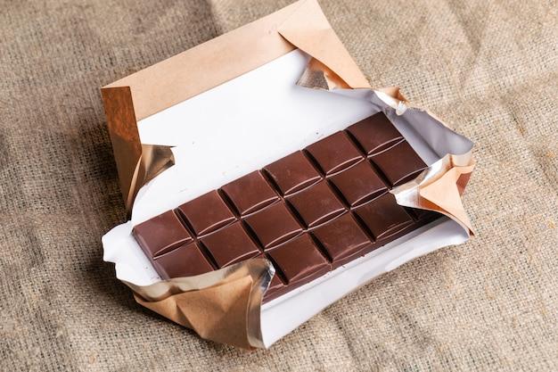 Tablette de chocolat en papier sur toile de jute