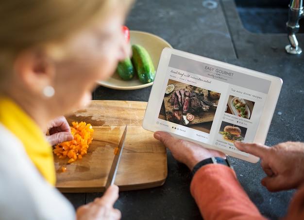 Tablette de cuisine pour les aliments de cuisson senior