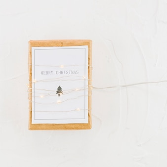 Tablette avec du papier dans les guirlandes lumineuses