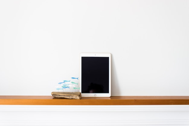 Tablette avec écran blanc sur bois