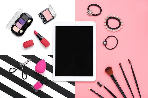 Tablette, ensemble de cosmétiques décoratifs professionnels, outils de maquillage et accessoire de couleur rose tendance isolé sur fond blanc