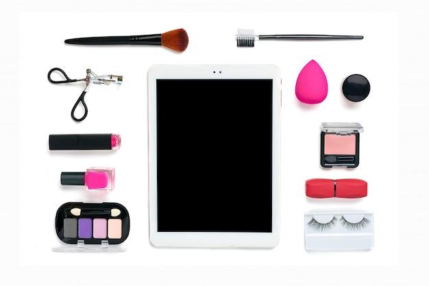 Tablette, ensemble de cosmétiques décoratifs professionnels, outils de maquillage et accessoire de couleur rose tendance isolé