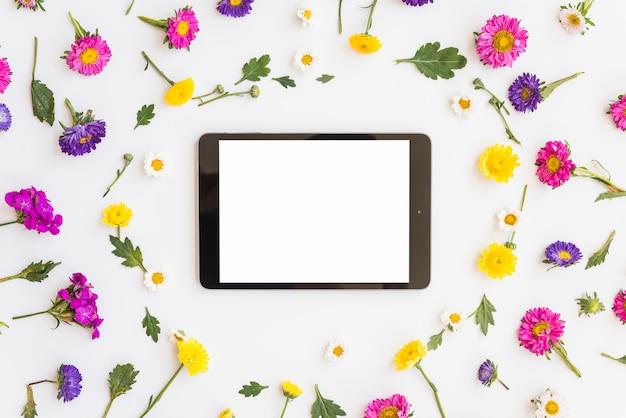 Tablette entre les fleurs colorées