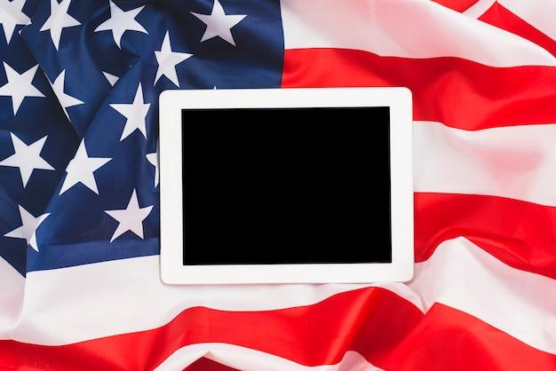 Tablette éteinte sur drapeau américain