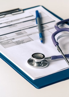 Une tablette avec un formulaire pour décrire le diagnostic, un stéthoscope médical. excellente conception pour n'importe quel but.