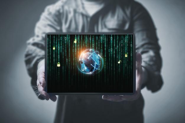Tablette avec globe sur écran binaire les mains des hommes. concept anti-piratage