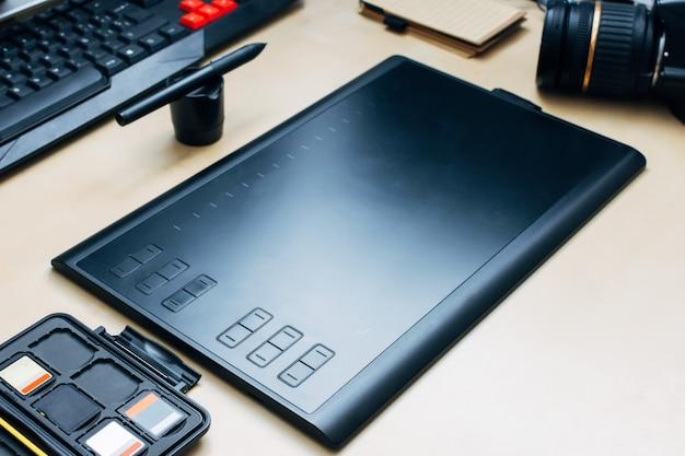 Tablette graphique, cartes mémoire, appareil photo sur un bureau