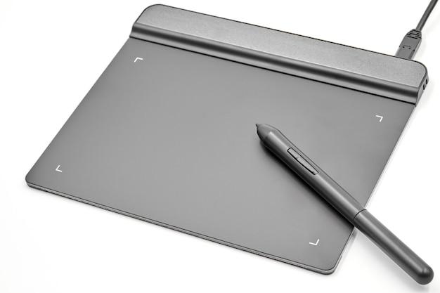 Tablette graphique et stylet sur blanc