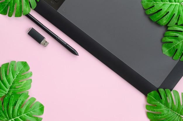 Tablette graphique et stylo, carte mémoire et monstera leafs