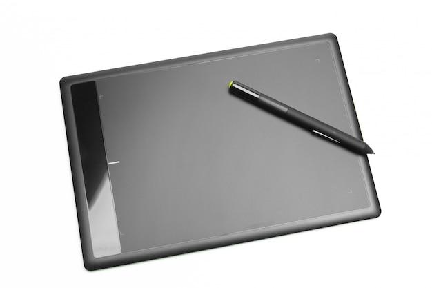Tablette graphique avec stylo pour illustrateurs et designers, isolé sur fond blanc