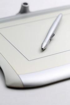 Tablette graphique et stylo sensibles à la pression sur fond blanc