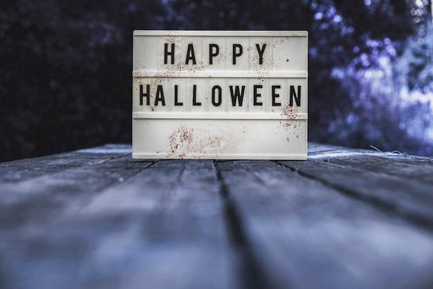 Tablette d'halloween placée sur un banc