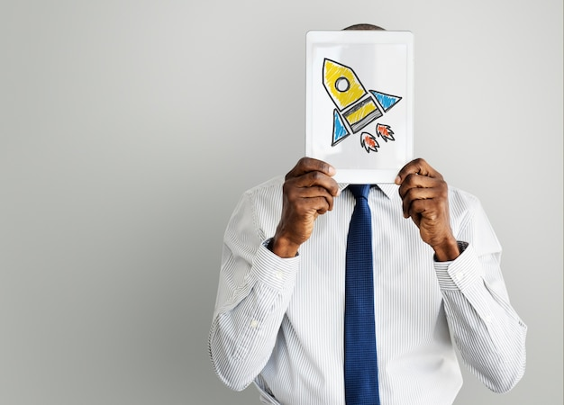 Tablette holding homme d'affaires avec l'icône du vaisseau spatial fusée