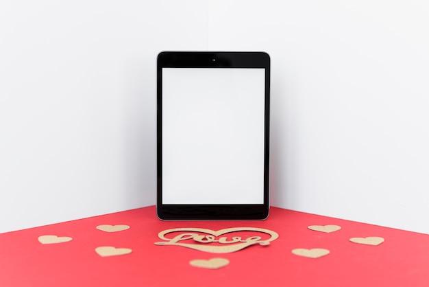 Tablette avec inscription d'amour sur la table