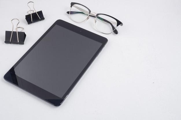 Tablette et lunettes sur l'espace de travail