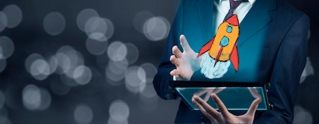 Tablette de main d'homme d'affaires avec fusée à l'écran