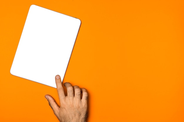 Tablette de maquette vue de dessus avec fond orange