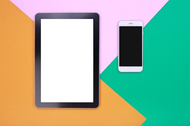 Tablette de maquette vue de dessus et smartphone sur fond pastel