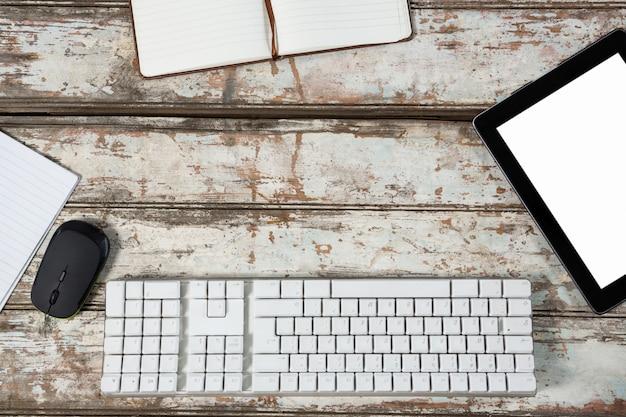 Tablette numérique, clavier, souris et agenda
