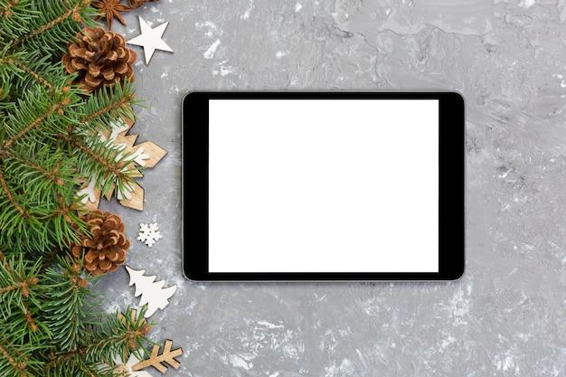 Tablette numérique avec des décorations de noël pour la présentation de l'application. vue de dessus