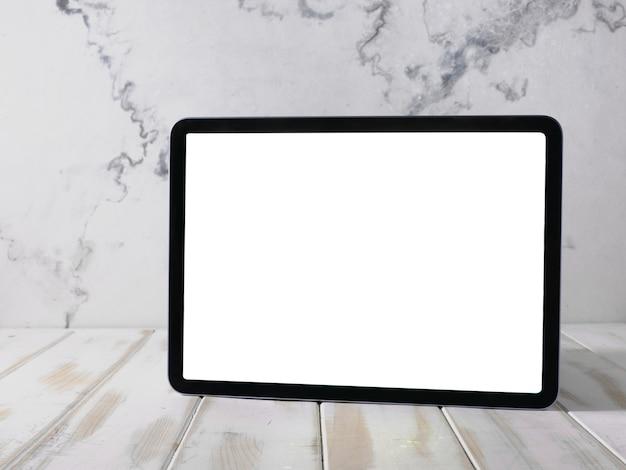 Tablette numérique avec écran blanc sur table en bois