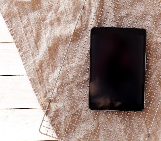 Tablette numérique avec écran blanc, vue de dessus