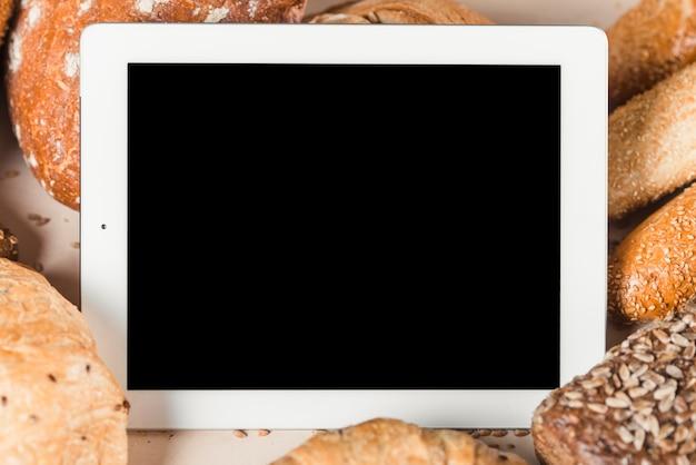 Tablette numérique avec écran vide entourée de pains