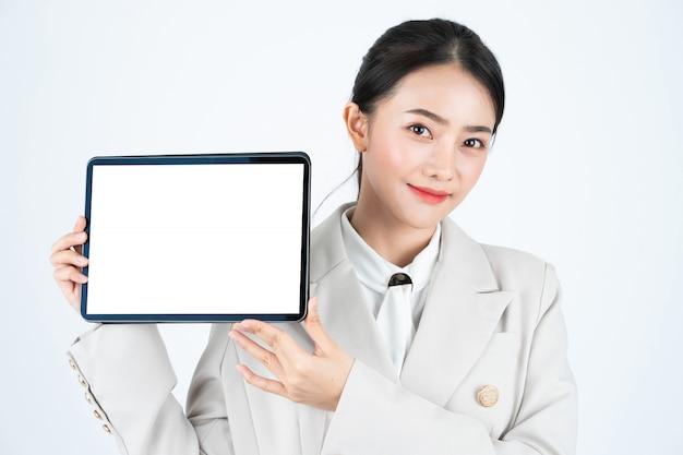 Tablette numérique élégante femme d'affaires asiatique avec écran blanc blanc