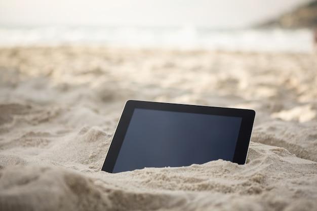 Tablette numérique gardé sur le sable