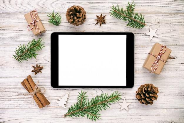 Tablette numérique mock up avec vintage rustique, décorations en bois de noël pour présentation de l'application, vue de dessus