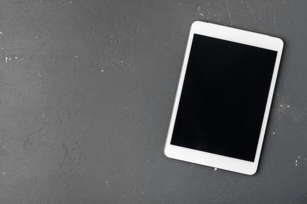 Tablette numérique sur la table de bureau