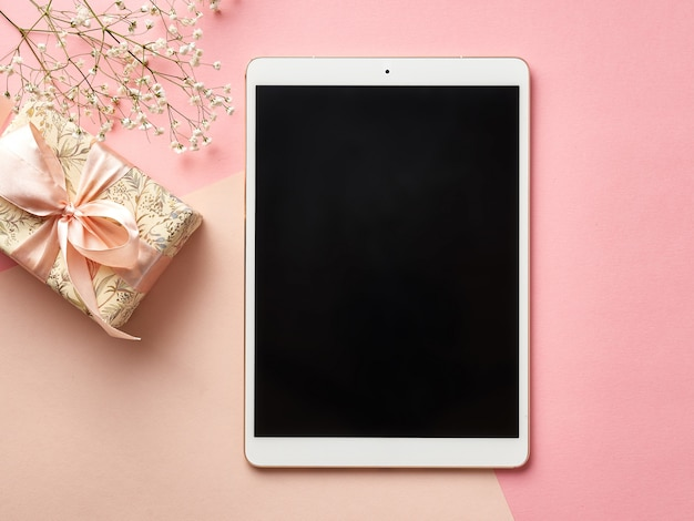 Tablette numérique sur une table de rose