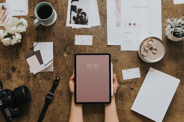 Tablette numérique sur une vue aérienne de table grunge