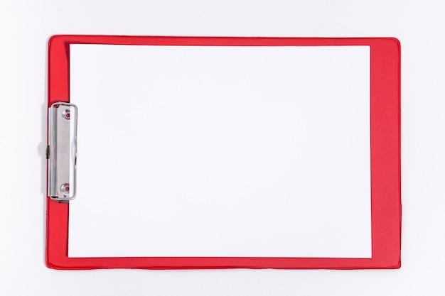 Tablette de papeterie rouge avec du papier. la page du bloc-notes vide du bureau. maquette de la tablette. copiez l'espace.