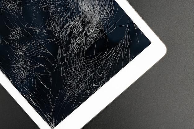 Tablette pc moderne avec écran très cassé