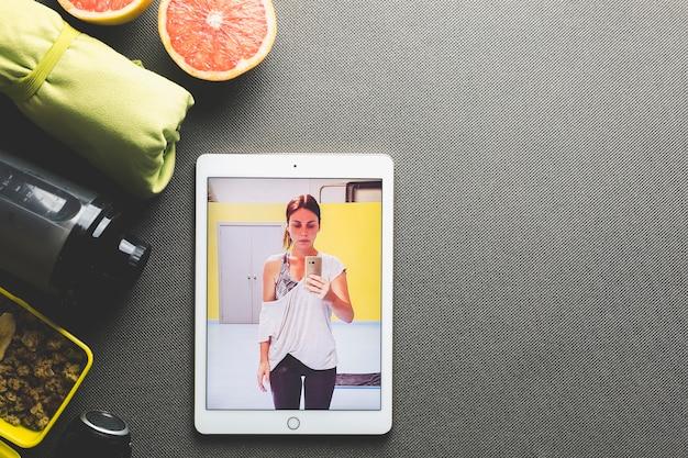 Tablette avec photo près de la nourriture saine