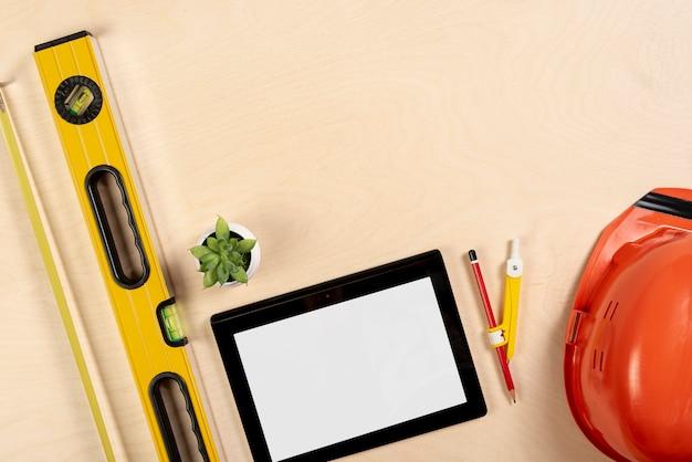 Tablette à plat sur la maquette du bureau