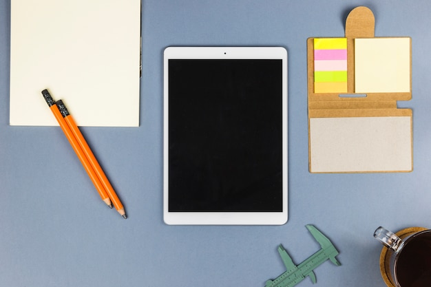 Tablette près de papier, tasse, pied à coulisse et autocollants
