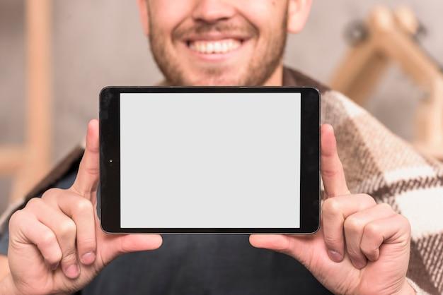 Tablette présentant l'artiste