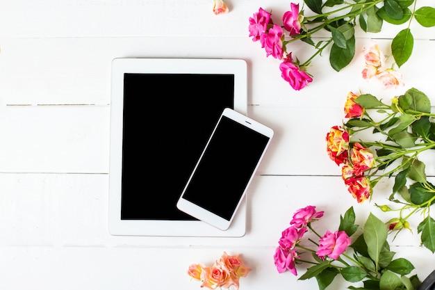 Tablette, roses sur la table
