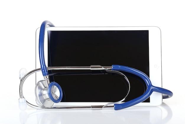 Tablette et stéthoscope bleu sur blanc