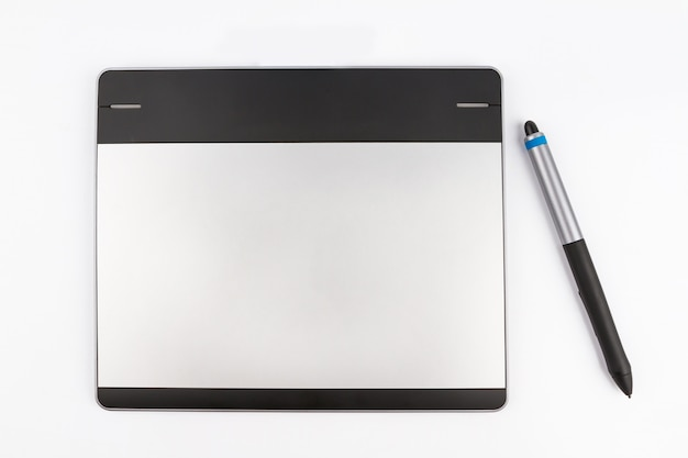 Tablette stylo sur fond blanc