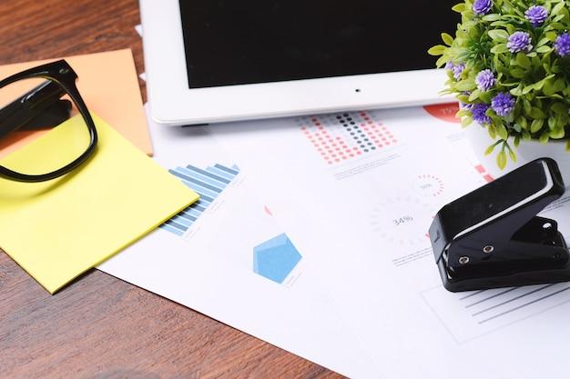 Tablette, stylo et papiers d'affaires.