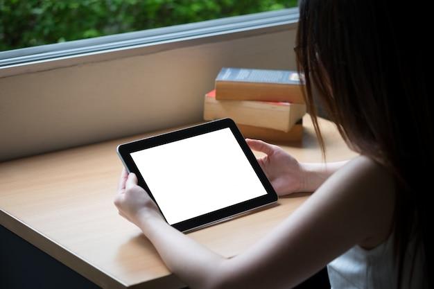 Tablette sur table en bois avec un vieux livre