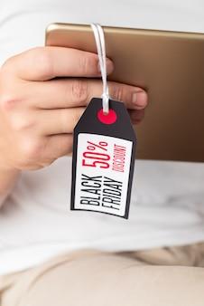 Tablette tenue main avec étiquette de vendredi noir