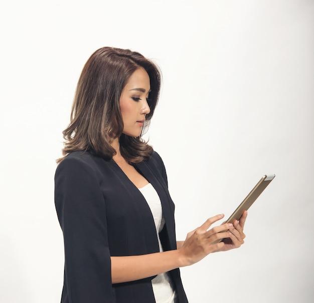 Tablette d'utilisation de femme d'affaires en asie sur blanc
